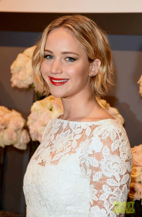 Sau vụ ảnh nóng, Jennifer Lawrence khoe nhẫn đính hôn - 1