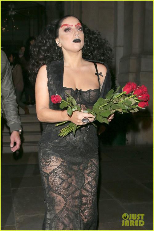 Hết hồn với Lady Gaga bụng ngấn mỡ trước thềm Halloween - 3