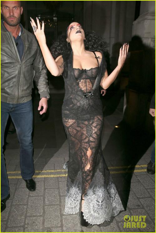 Hết hồn với Lady Gaga bụng ngấn mỡ trước thềm Halloween - 1