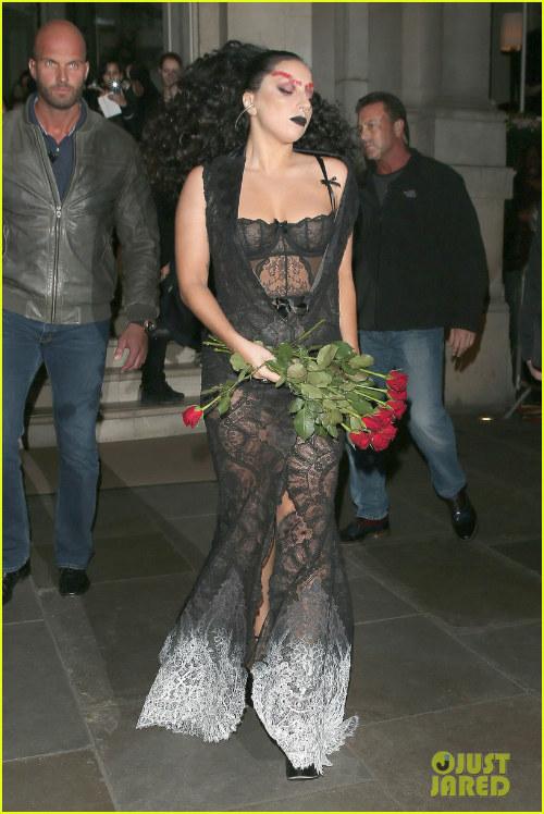 Hết hồn với Lady Gaga bụng ngấn mỡ trước thềm Halloween - 4