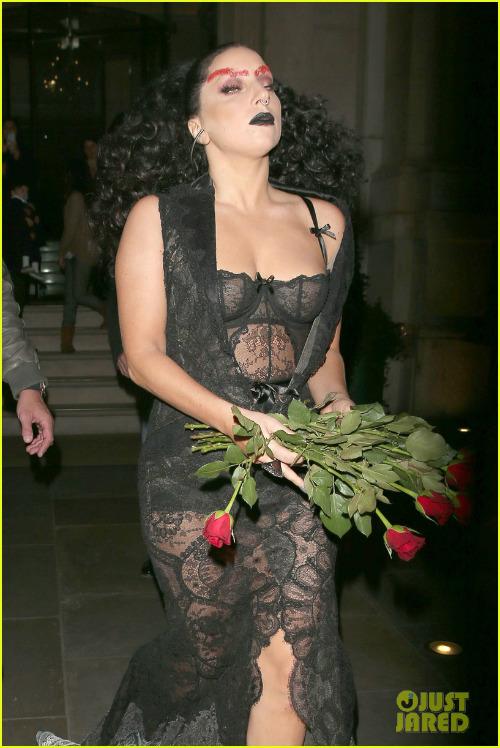 Hết hồn với Lady Gaga bụng ngấn mỡ trước thềm Halloween - 5