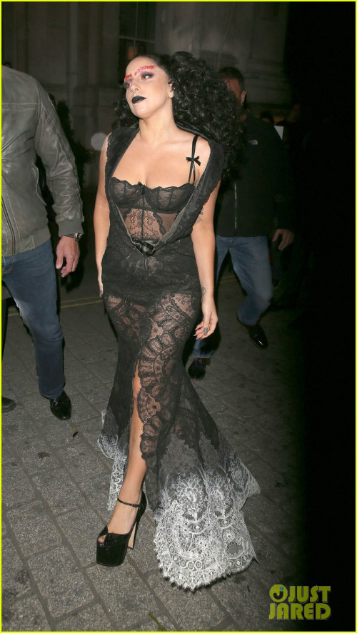 Hết hồn với Lady Gaga bụng ngấn mỡ trước thềm Halloween - 6