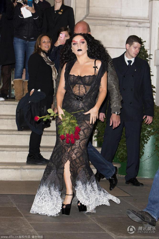 Hết hồn với Lady Gaga bụng ngấn mỡ trước thềm Halloween - 7