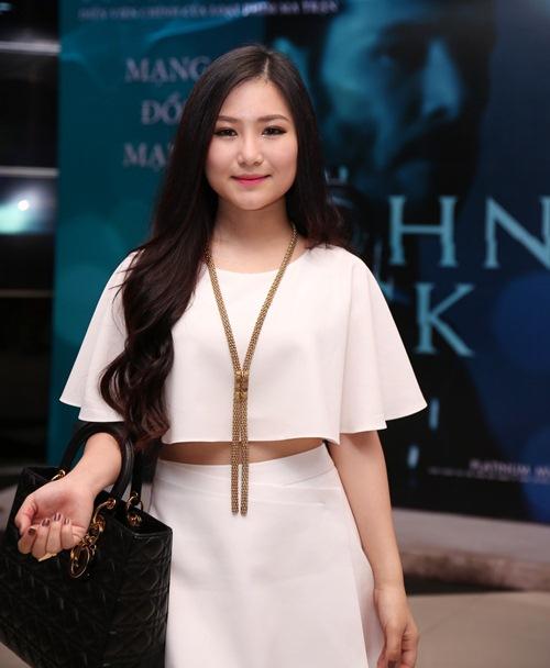 Hương Tràm khoe eo thon sau scandal bị cấm diễn - 1