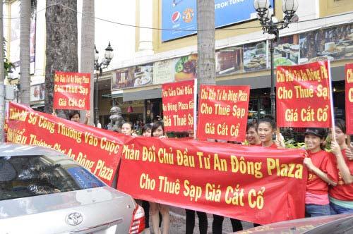 TP.HCM: Tiểu thương chợ An Đông đồng loạt phản đối vì giá thuê sạp quá cao - 10