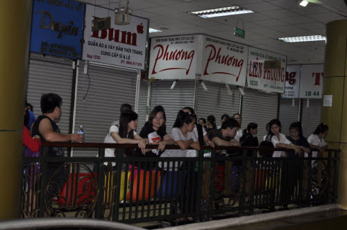 TP.HCM: Tiểu thương chợ An Đông đồng loạt phản đối vì giá thuê sạp quá cao - 15
