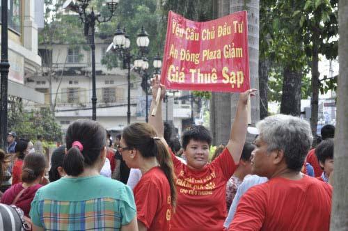 TP.HCM: Tiểu thương chợ An Đông đồng loạt phản đối vì giá thuê sạp quá cao - 3