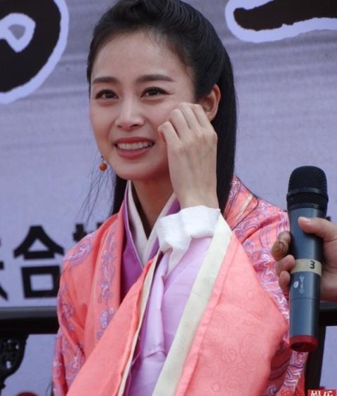 Hậu tin đồn dao kéo, Kim Tae Hee được khen hình thể đẹp - 10