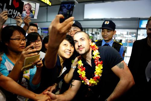 Quán quân The X-Factor Anh thân thiện với fan Việt - 7