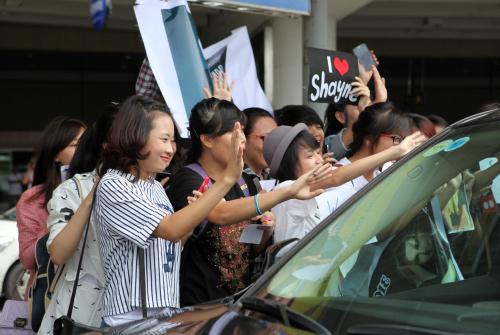 Quán quân The X-Factor Anh thân thiện với fan Việt - 9
