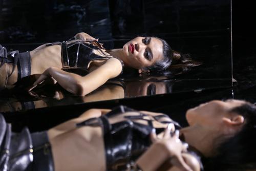 Xuân Lan hóa phù thủy sexy điều khiển Top 16 VNTM - 8