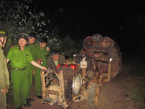 Bắt 4 xe vận chuyển gỗ lậu trong đêm - 4