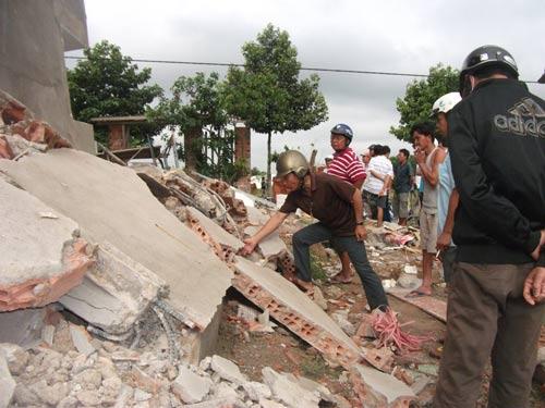 Nhà 3 tầng bỗng dưng đổ nghiêng, 10 người thoát chết - 6