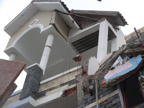 Nhà 3 tầng bỗng dưng đổ nghiêng, 10 người thoát chết - 2