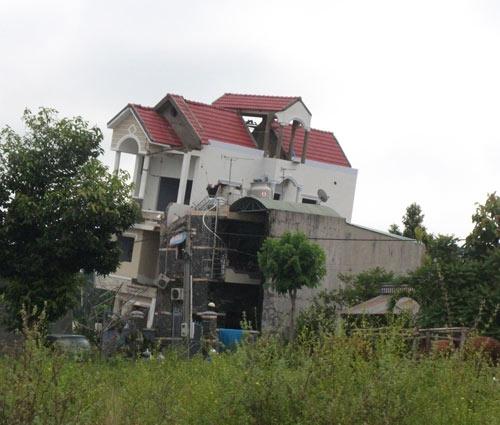 Nhà 3 tầng bỗng dưng đổ nghiêng, 10 người thoát chết - 4