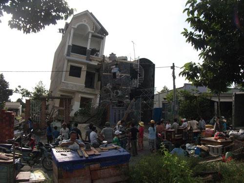 Nhà 3 tầng bỗng dưng đổ nghiêng, 10 người thoát chết - 1