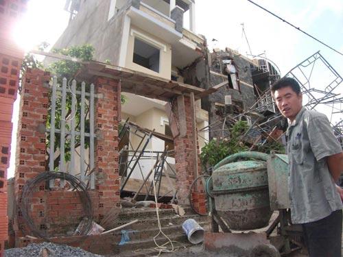 Nhà 3 tầng bỗng dưng đổ nghiêng, 10 người thoát chết - 9