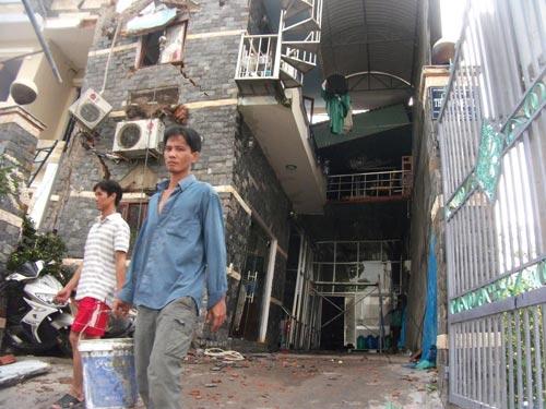Nhà 3 tầng bỗng dưng đổ nghiêng, 10 người thoát chết - 8