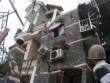 Nhà 3 tầng bỗng dưng đổ nghiêng, 10 người thoát chết