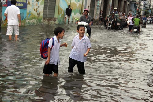 TP.HCM: Học sinh lội nước về nhà sau tan học - 1