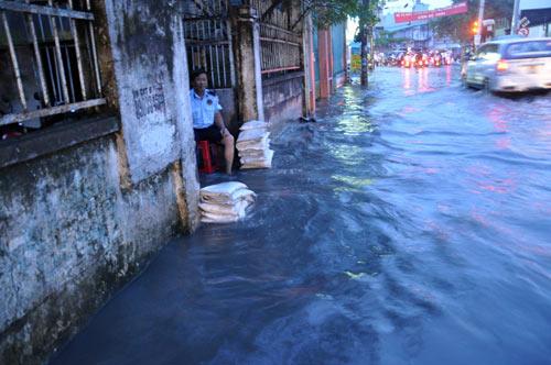 TP.HCM: Học sinh lội nước về nhà sau tan học - 8