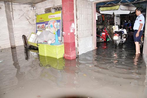 TP.HCM: Học sinh lội nước về nhà sau tan học - 9