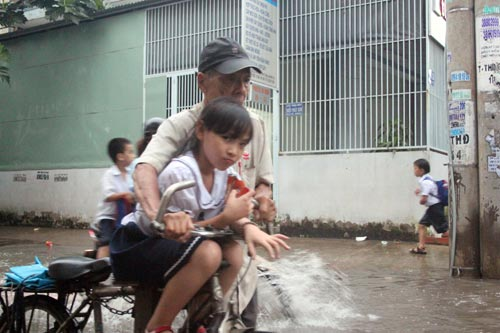 TP.HCM: Học sinh lội nước về nhà sau tan học - 4