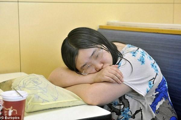 Thất tình, cô gái ăn ngủ trong quán gà rán cả tuần - 1