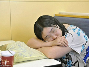 Thất tình, cô gái ăn ngủ trong quán gà rán cả tuần