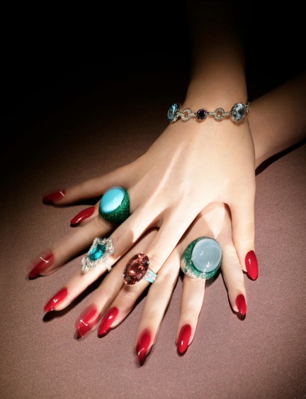 Người mẫu kỳ lạ có đôi tay bạc triệu