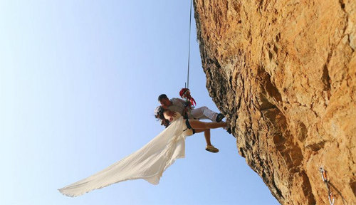 Cặp đôi treo mình trên vách núi chụp ảnh cưới - 3