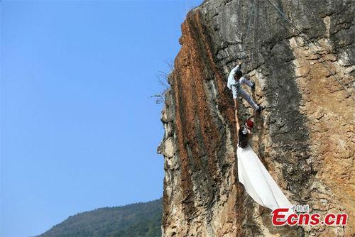 Cặp đôi treo mình trên vách núi chụp ảnh cưới - 2