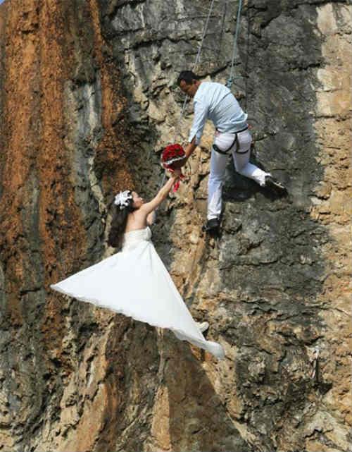 Cặp đôi treo mình trên vách núi chụp ảnh cưới - 1