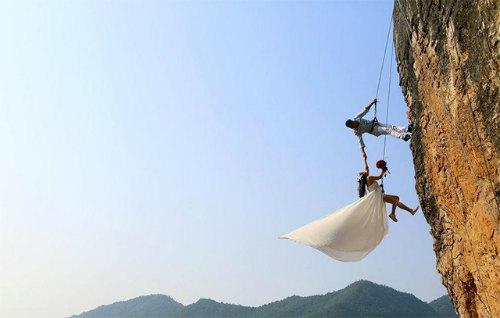 Cặp đôi treo mình trên vách núi chụp ảnh cưới - 4