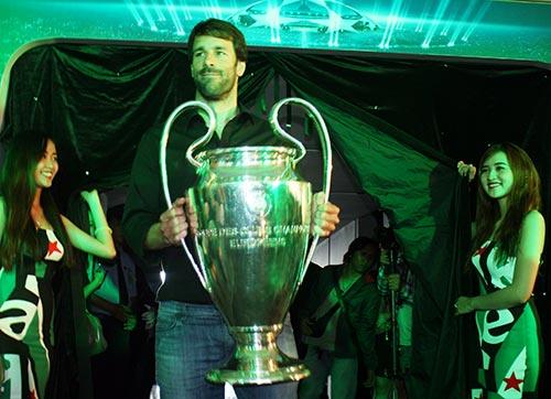 """Nistelrooy """"ngạc nhiên"""" về lời mời sang VN thi đấu - 1"""