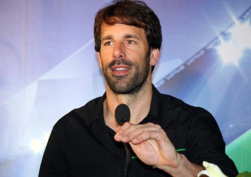 """Nistelrooy """"ngạc nhiên"""" về lời mời sang VN thi đấu - 2"""