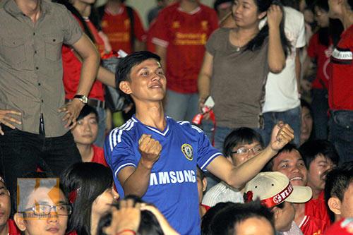 """CĐV Chelsea ăn mừng giữa """"rừng"""" fan Liverpool - 14"""