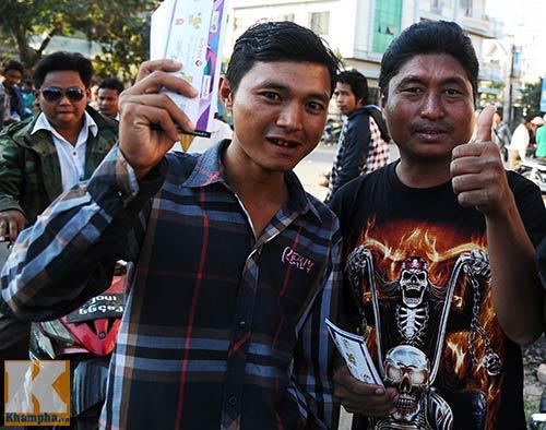 Fan Myanmar cổ vũ ĐTVN đánh bại Thái Lan - 1