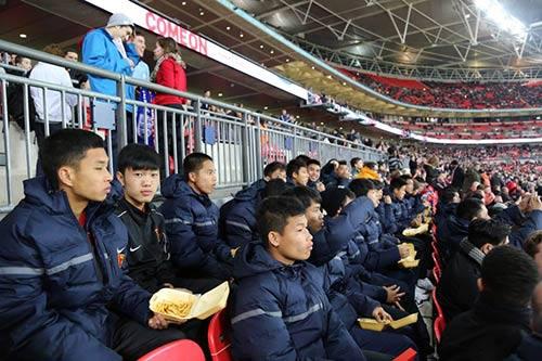 U19 VN làm khách VIP trên sân Stoke City - 2