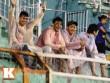 Cổ động viên đội mưa xem tuyển Việt Nam thi đấu