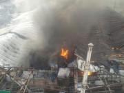HN: Cháy lớn ở xưởng gỗ, cột khói bốc cao nghi ngút