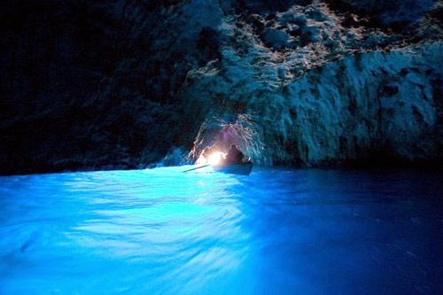 Ghé thăm hang động có dòng nước xanh phát sáng - 2
