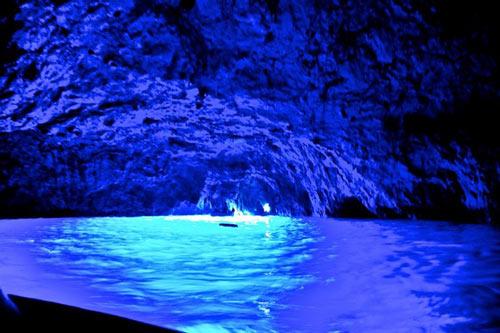 Ghé thăm hang động có dòng nước xanh phát sáng - 3