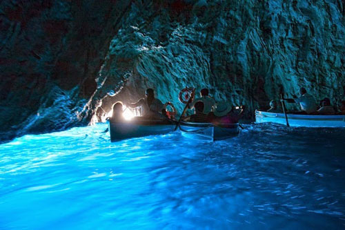 Ghé thăm hang động có dòng nước xanh phát sáng - 1