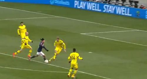 Lee Nguyễn solo ghi bàn ngoạn mục từ giữa sân - 1