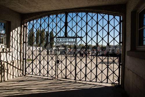 """Cổng sắt trại tập trung Đức Quốc xã """"bốc hơi"""" - 1"""