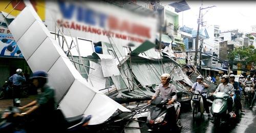 """TPHCM: Biển quảng cáo """"khủng"""" đổ ầm xuống đường - 1"""