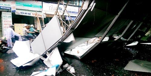"""TPHCM: Biển quảng cáo """"khủng"""" đổ ầm xuống đường - 3"""