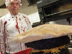 Chiếc bánh kẹp thịt 35 kg lập kỷ lục