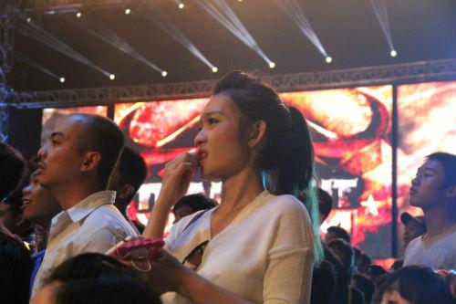 Fan nữ xinh lặng người xem võ sĩ Muay tranh tài - 3